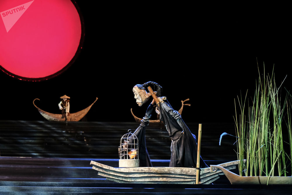 """与流行的看法相反,木偶剧不是儿童剧,而是一种古老的哲学艺术形式。它起源于古中国和古印度,然后由于流动的演员出现在欧洲。照片:第九届S.V. Obraztsov国际木偶戏剧节俄罗斯国家中央木偶剧院的大舞台上演出基于Carlo Gozzi童话故事的戏剧""""图兰朵""""的场景"""