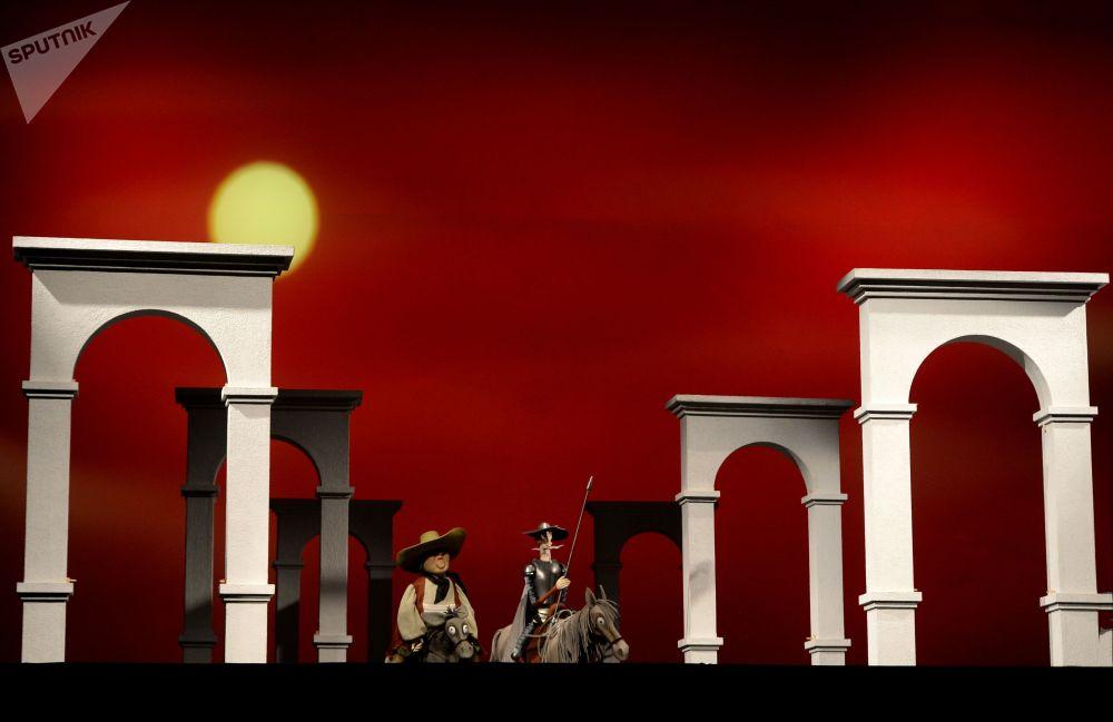 """木偶剧导演是联结戏剧情节和木偶演员之间的关键人物。毕竟,演员们无法看到舞台上发生了什么,导演对于他们来讲就是正在发生事情的一面""""镜子""""    照片:在Obraztsov木偶剧院的舞台上排练戏剧""""堂吉诃德""""。"""