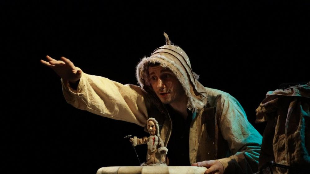 """木偶剧演员专业的学生学习一般学科的同时,还学习戏剧创作,设计和制造木偶的技术,木偶剧的所有基本体系、历史和戏剧,木偶剧。  照片:GITIS木偶技能考试。以""""北方童话故事""""为主题的作品。"""