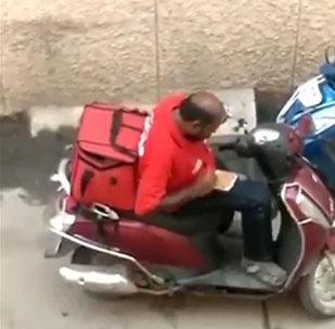 一個印度快遞員吃了客戶的訂餐