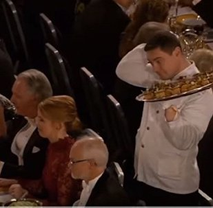 在诺贝尔晚宴上把点心掉到教授身上的服务生成了网红