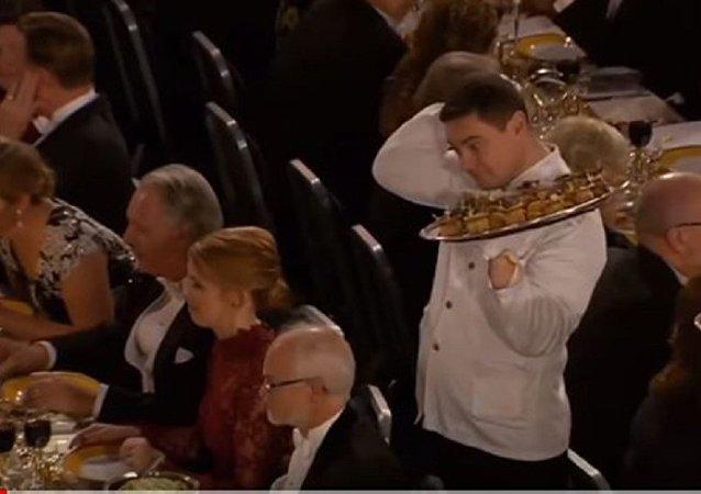 在諾貝爾晚宴上把點心掉到教授身上的服務生成了網紅