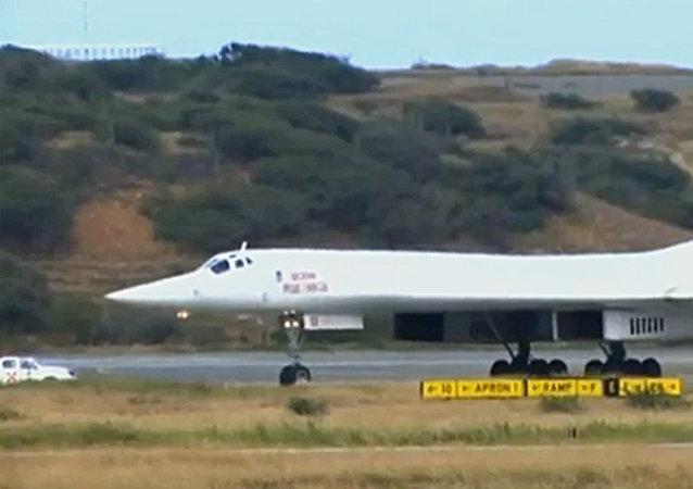 俄羅斯發佈圖-160轟炸機在加勒比海上空飛行的視頻