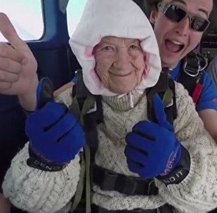 一位102歲的澳大利亞女士成為世界年齡最長跳傘人士