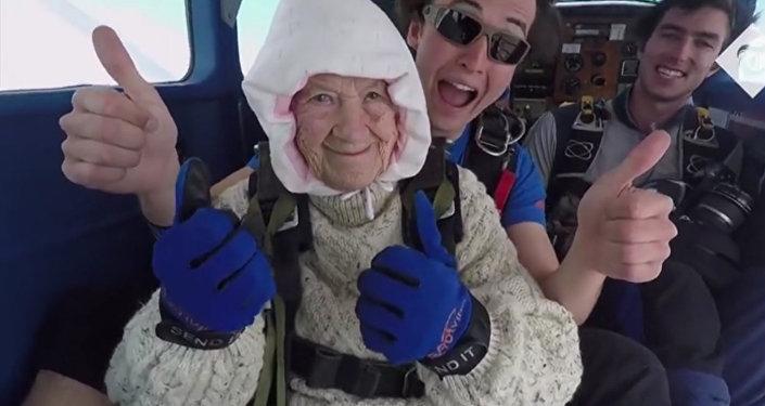 一位102岁的澳大利亚女士成为世界年龄最长跳伞人士