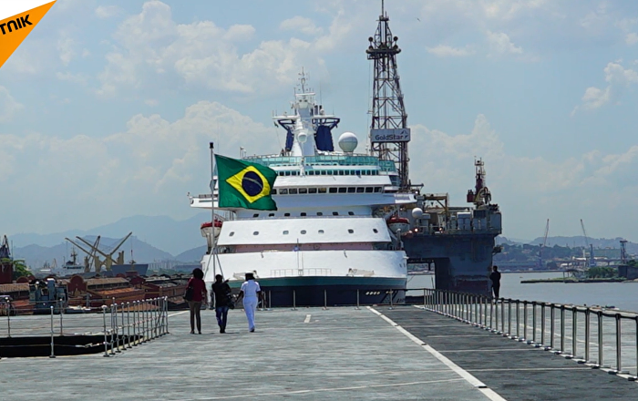 巴西民眾海軍節參觀直升機航母