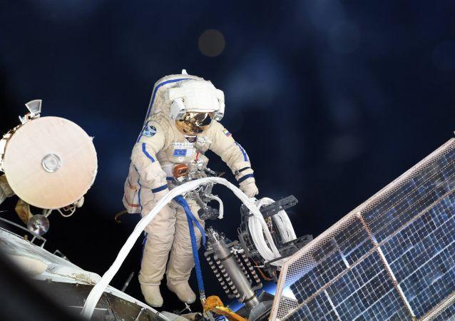 俄宇航员将在出舱期间把用过的设备丢进太空