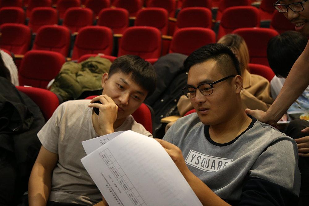 郎爍男(左)在遠東聯邦大學會議廳里進行的新年音樂會排練上