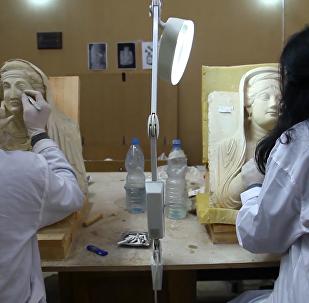 """叙利亚文物修复小组""""拯救""""战火中受损雕像"""