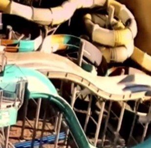 Опубликовано видео падения самосвала на аквапарк в Ялте