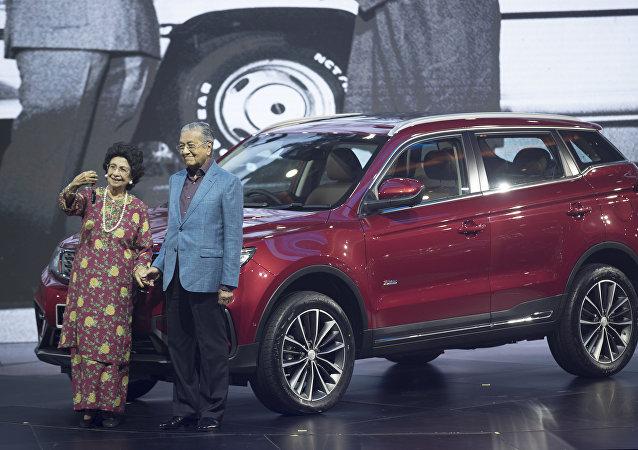 Премьер-министр Малайзии Махатхир Мохамад с супругой сделали селфи на фоне совместно произведенного Китаем и Малайзией кроссовера Proton X70 на церемонии презентации этого продукта.
