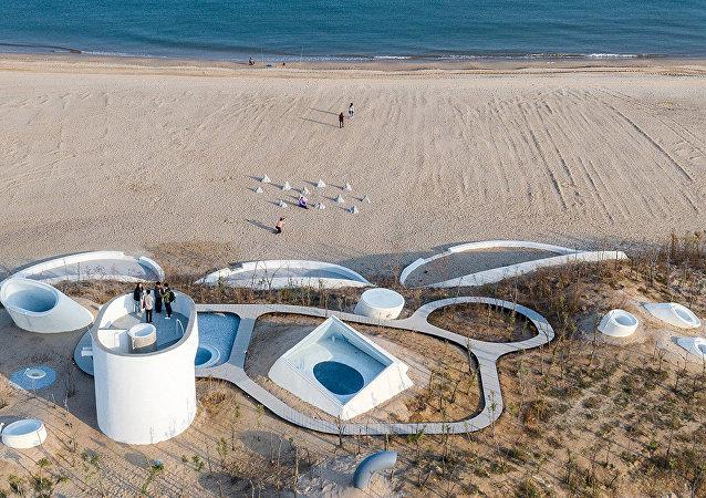 中国奇妙的沙丘艺术博物馆对游人开放