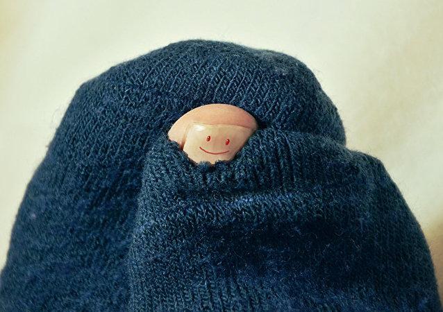 華媒:一名中國人被自己的襪子熏暈住院