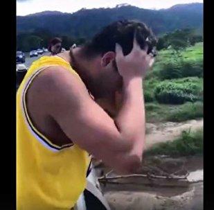 游客手机坠入鳄鱼老巢