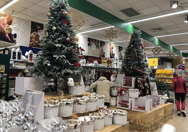 """俄罗斯超市内迎接新年的装饰,当地人也在选购""""年货"""""""