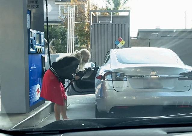 看特斯拉金髮女司機怎麼加油(視頻)