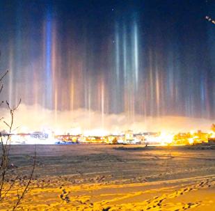 俄下塔吉尔市上空现五彩光柱
