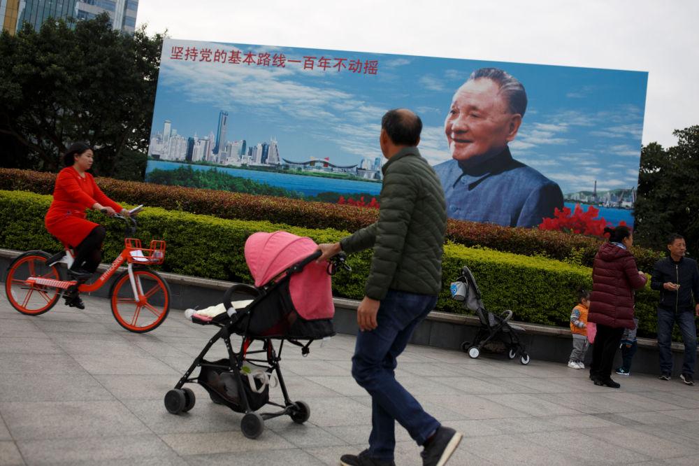 有邓小平画像的宣传画