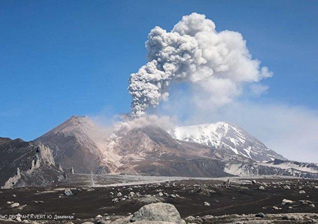 俄堪察加希韋盧奇火山一天內兩次噴發