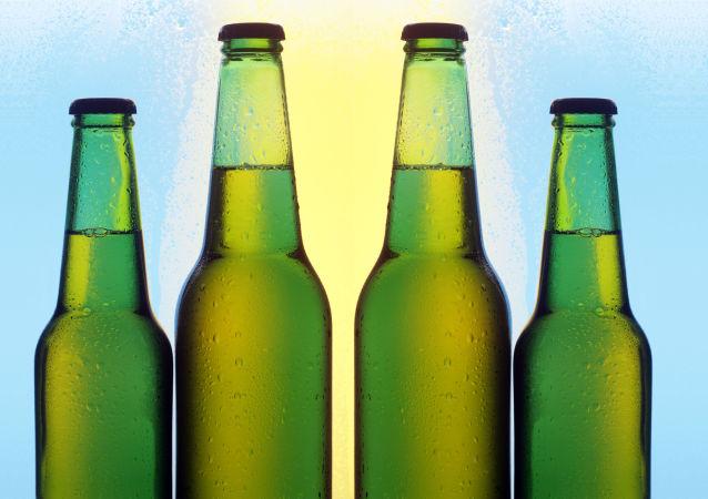 媒体称阿根廷居民在水里抢上百瓶啤酒