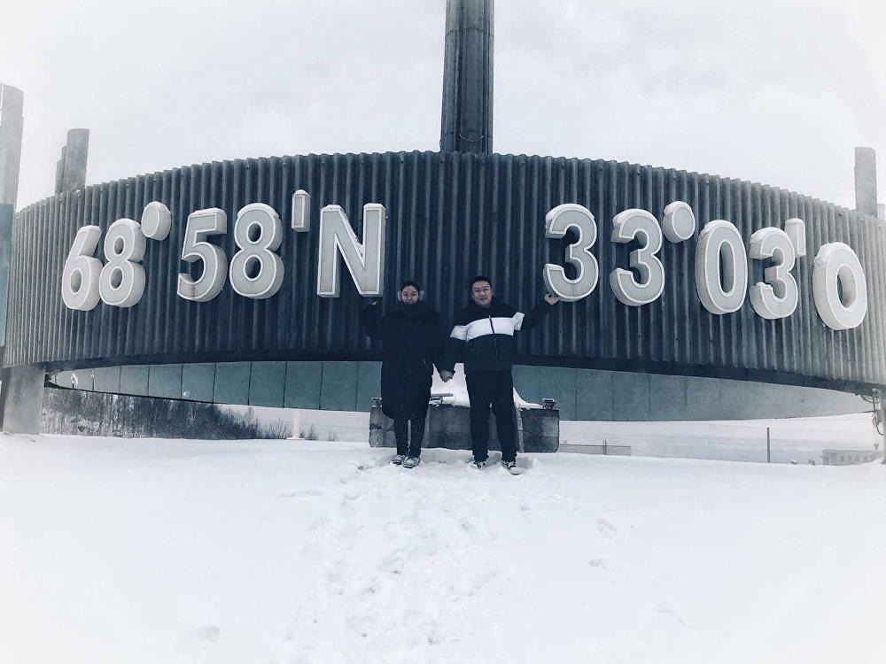 冯同学和她的男朋友在摩尔曼斯克的地标-北极圈纬度纪念碑