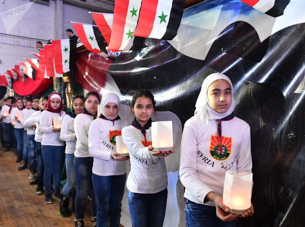慶祝阿勒頗解放兩週年的人們