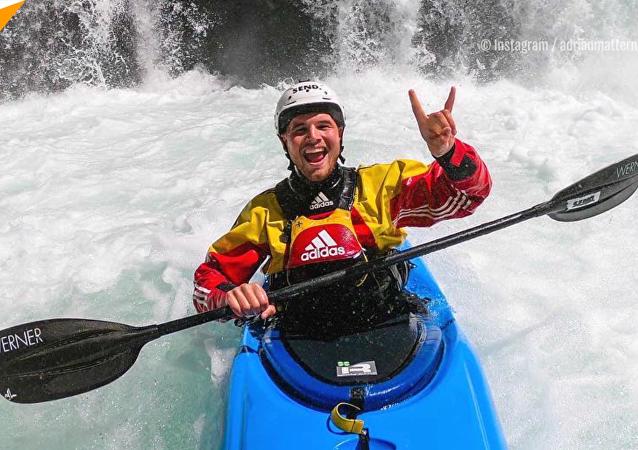 皮划艇運動員征服30米高瀑布