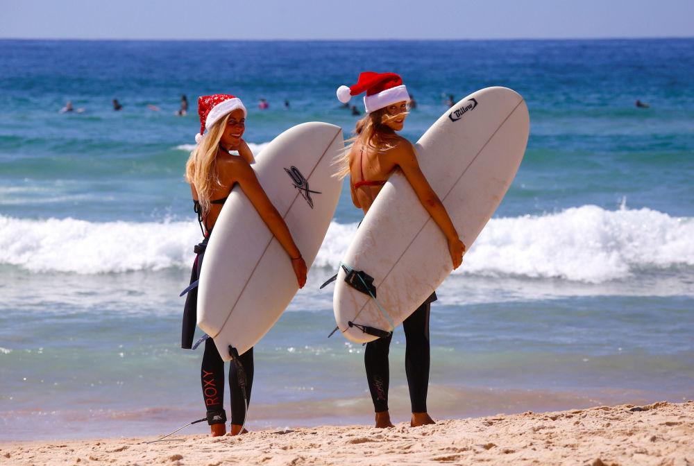 澳大利亞海灘上戴著聖誕帽的德國遊客。