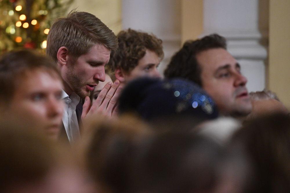 莫斯科聖母瑪利亞聖靈感孕羅馬天主教堂里慶祝聖誕節的基督教信徒。