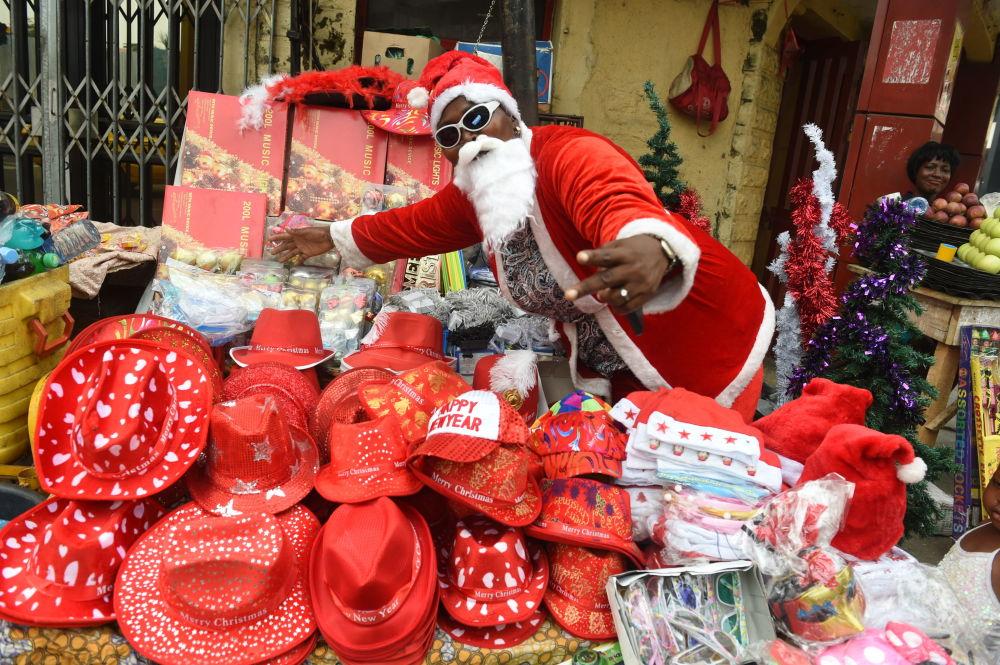 尼日利亞拉各斯市穿著聖誕老人服飾的售貨員。