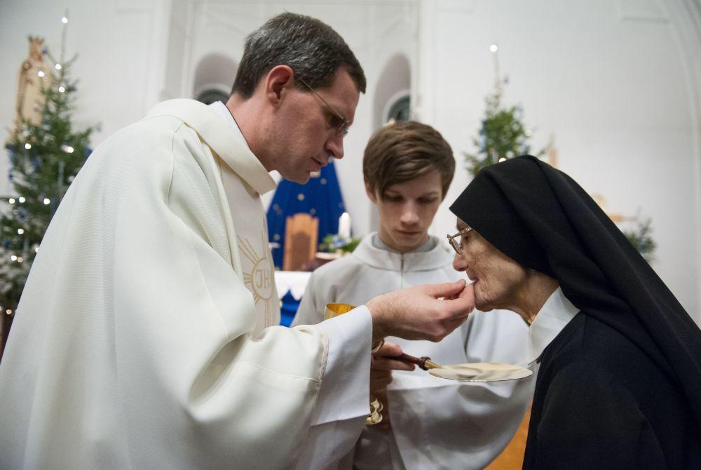 托木斯克市天主教堂里慶祝聖誕節的基督教信徒。