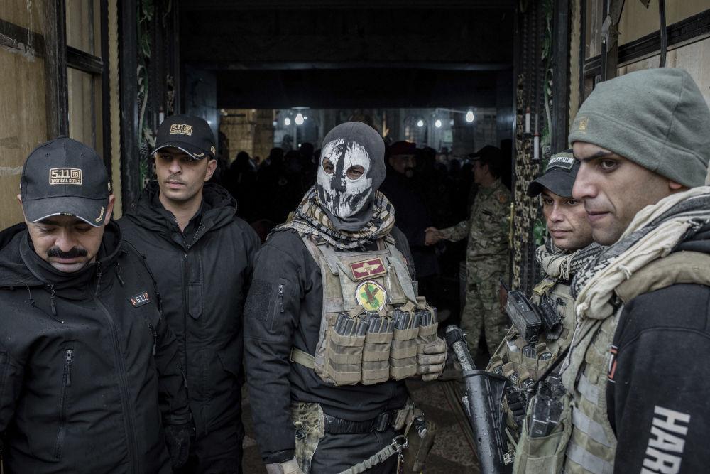 伊拉克聖誕彌撒期間教堂入口處的伊拉克軍人。