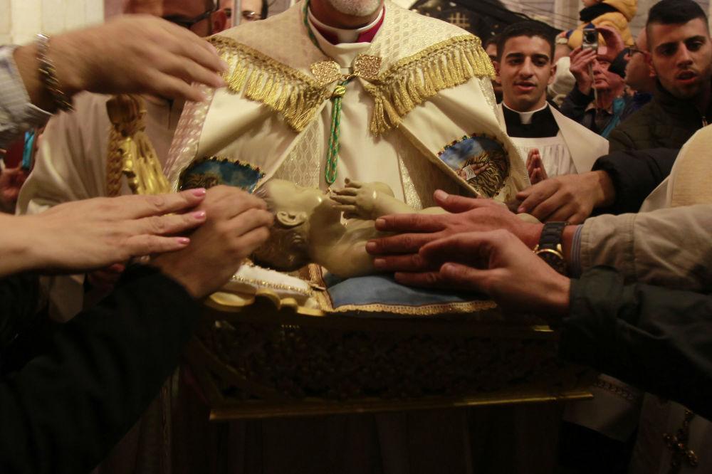 聖誕彌撒後伯利恆的嬰孩耶穌雕像。