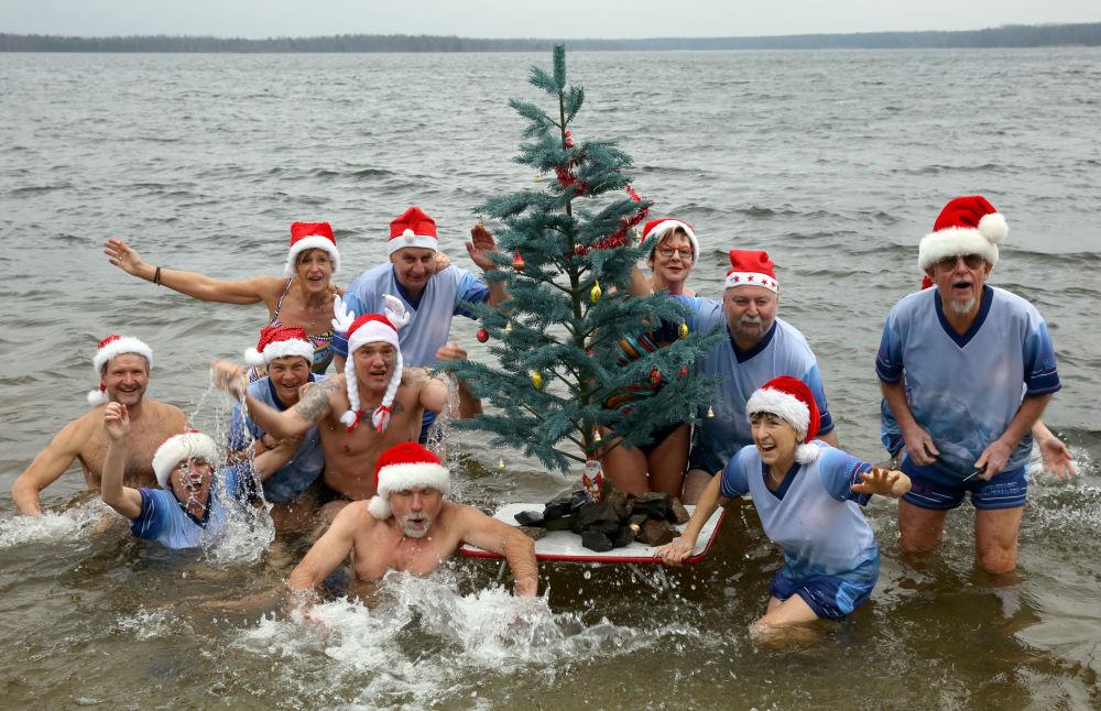 德國聖誕游泳期間的游泳者們。