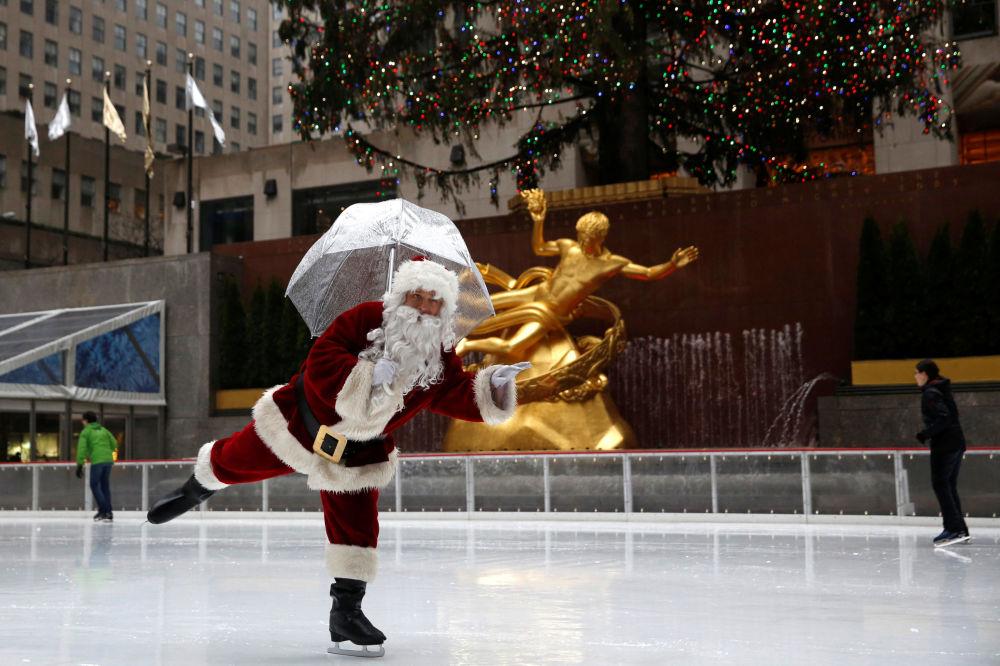 紐約冰場上身穿聖誕老人服飾的男子。