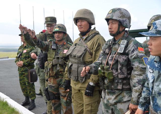 """俄印两国军人在""""因陀罗""""联合军演期间进行10公里行军"""