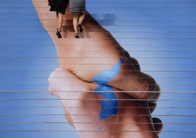 Постер в Сеуле, изображающий Корейский полуостров в виде рукопожатия