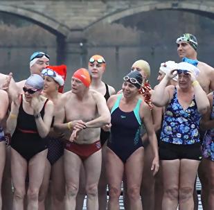 够刺激!伦敦圣诞冬泳比赛!