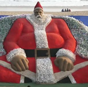 沙子和塑料瓶做的圣诞老人