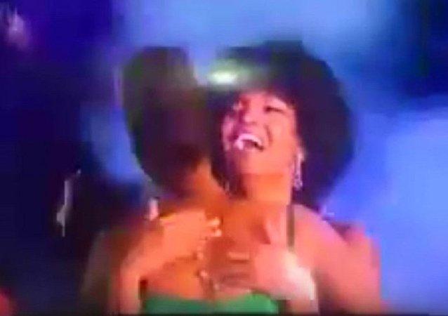 「非洲小姐選美賽優勝者的假髮在頒獎典禮上起火