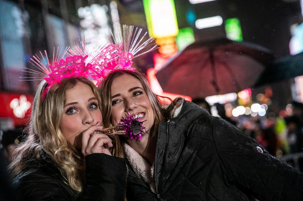 紐約市民在新年慶祝期間