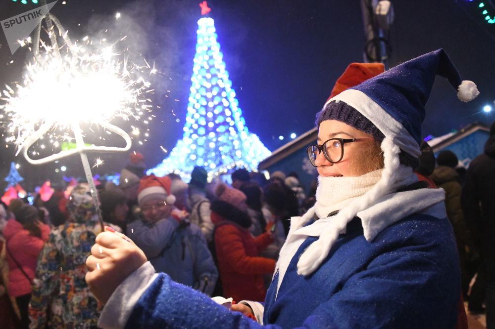 新年慶祝期間的女孩——在俄羅斯新西伯利亞市列寧廣場上的2019年新年慶祝場地上