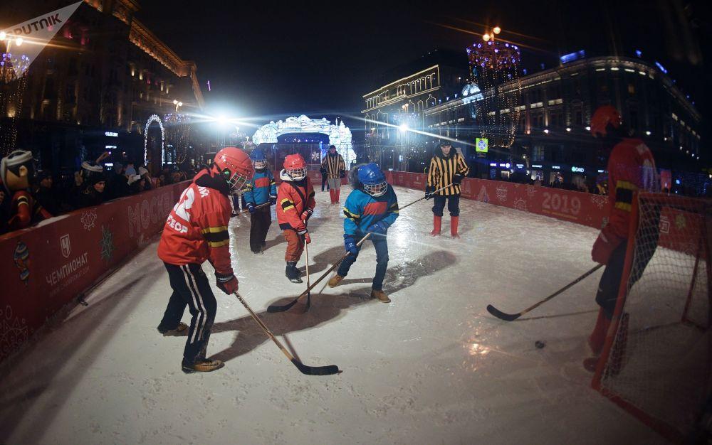 在迎接新年到來的前夜,人們在莫斯科市中心打冰球