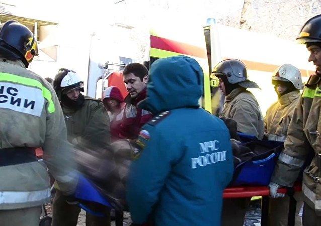 救援人员在马格尼托尔斯克的废墟下发现了一个11月大的孩子