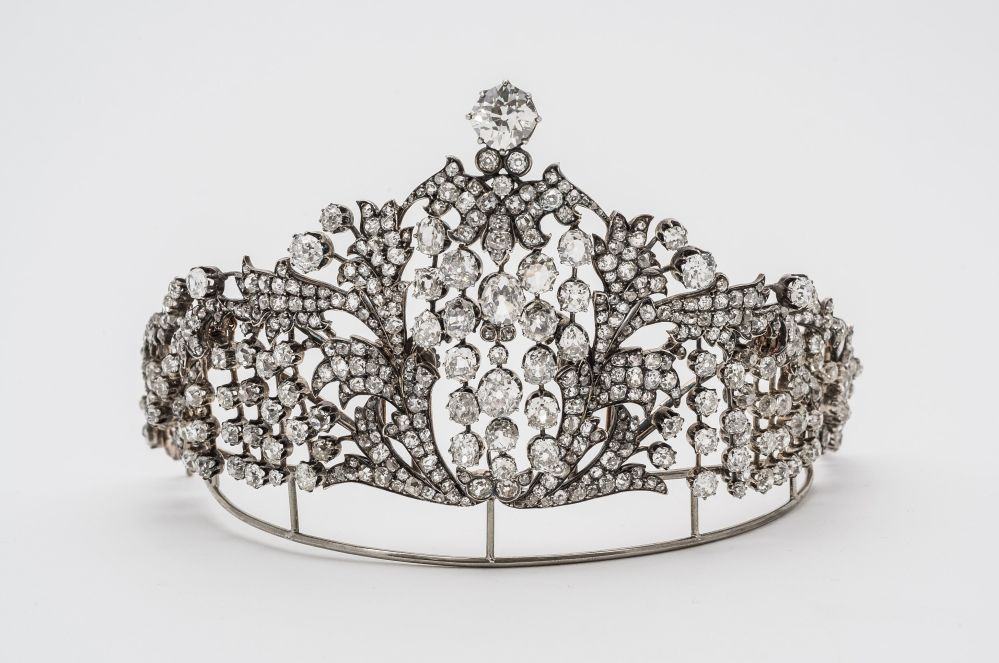女皇的王冠。首都的首飾店中出售各個公司生產的東西,但顧客們素來傾心於法貝熱製品,其價位令許多人都能承受得起。