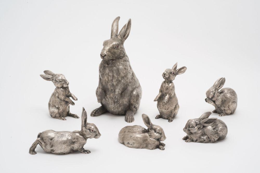 一套鸡蛋状和6只小兔状的带把细颈罐子。