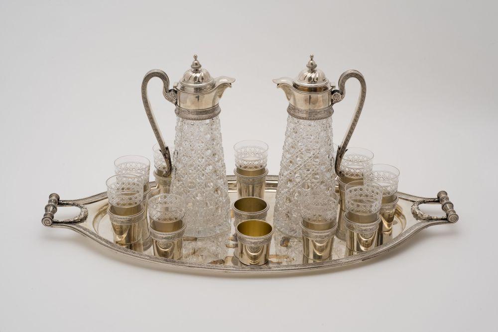 25个伏特加酒具。棱形水晶的银框和俄罗斯原装制品尤其广受欢迎。19至20世纪时这些东西在海外是如此的时髦。