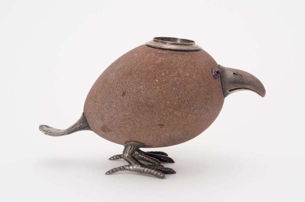 雞蛋形狀的波斯赫火柴盒。這類動物雕塑形狀首先讓人想到日本根付(netske).