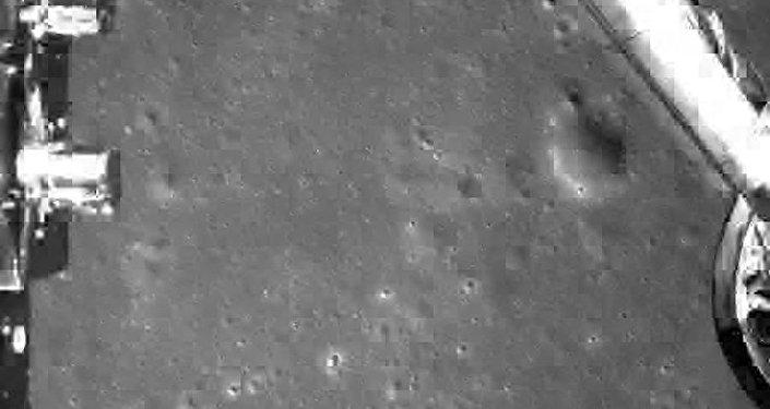 中国嫦娥四号探测器登陆月球背面