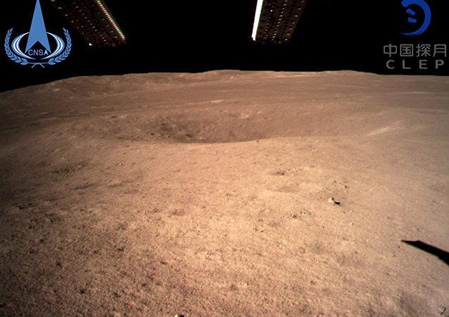 中國嫦娥四號探測器傳回首批月背影像圖